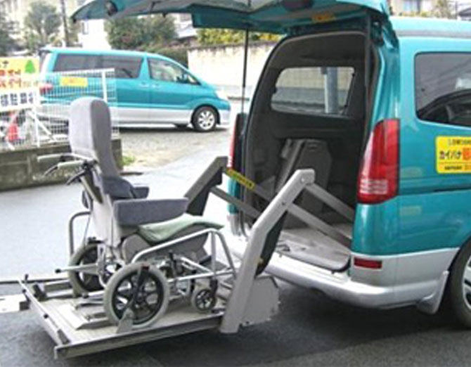 車椅子専用車のリフトの様子